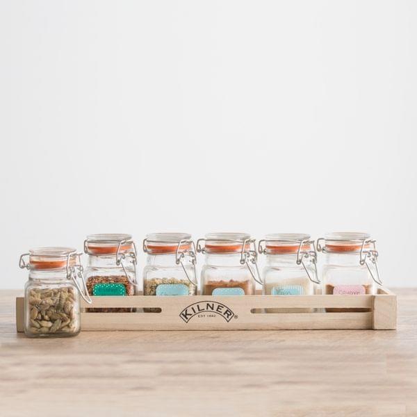 Gewürzregal mit aromadichten Gläsern